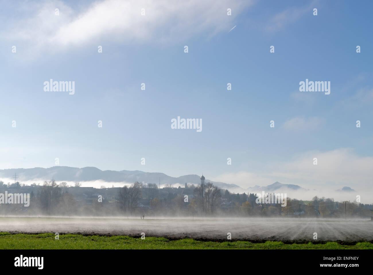 Nebel über den Feldern im Herbst, in der Nähe von ...