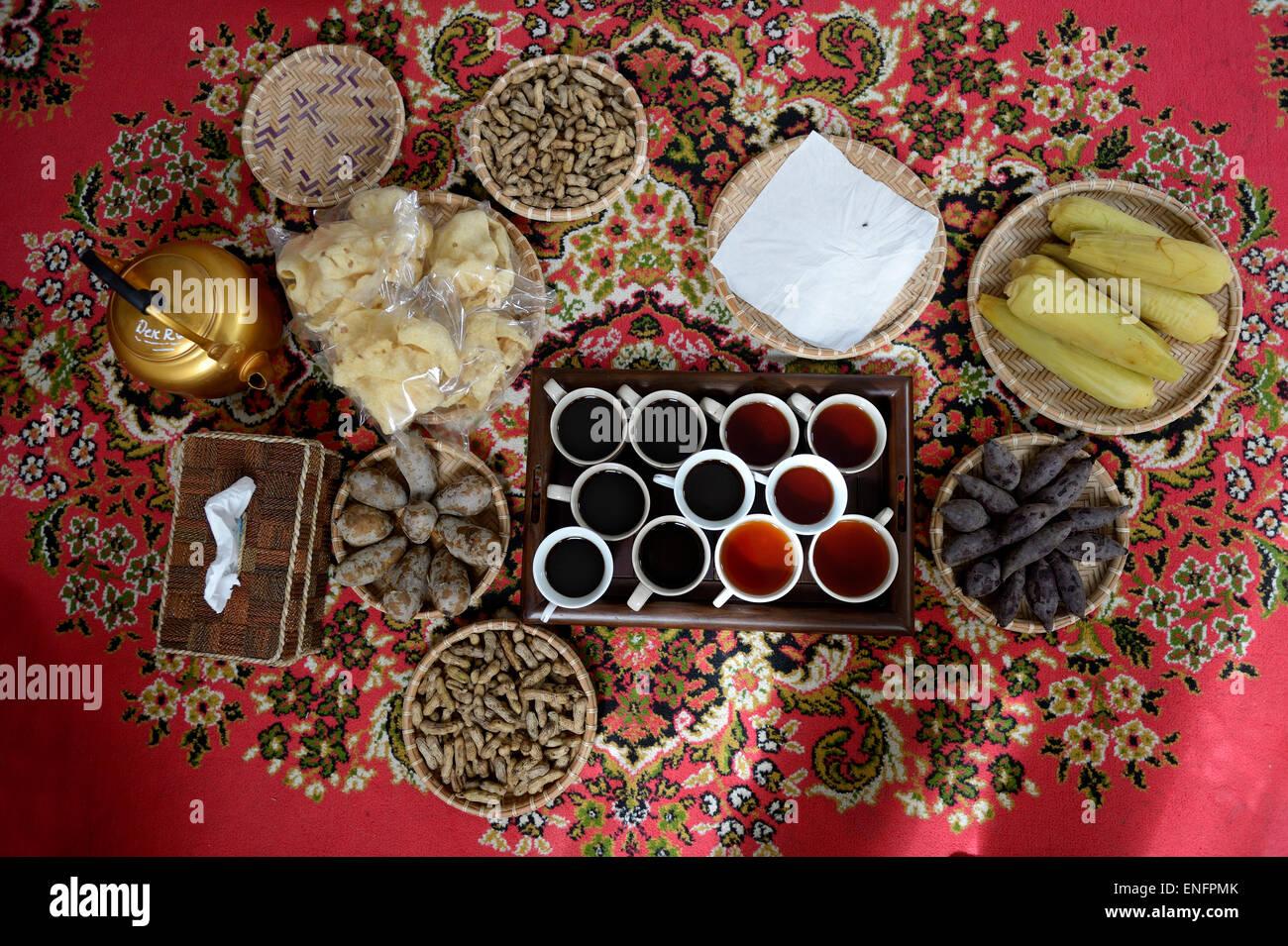 Regionale Küche, Tee und Kaffee auf einem roten Teppich, Gampong ...