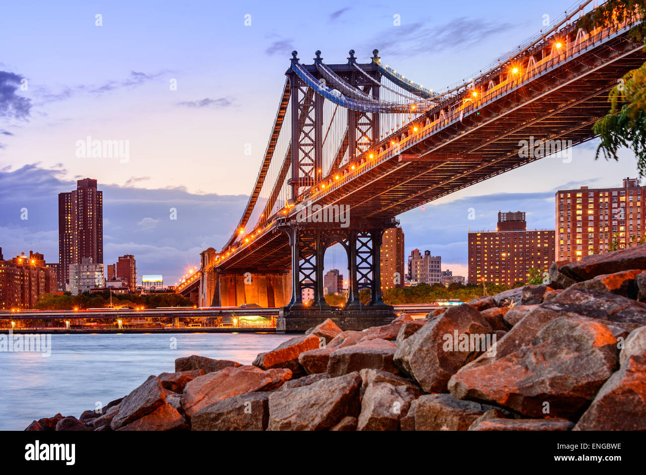 New York City, USA an der Manhattan Bridge über den East River. Stockbild