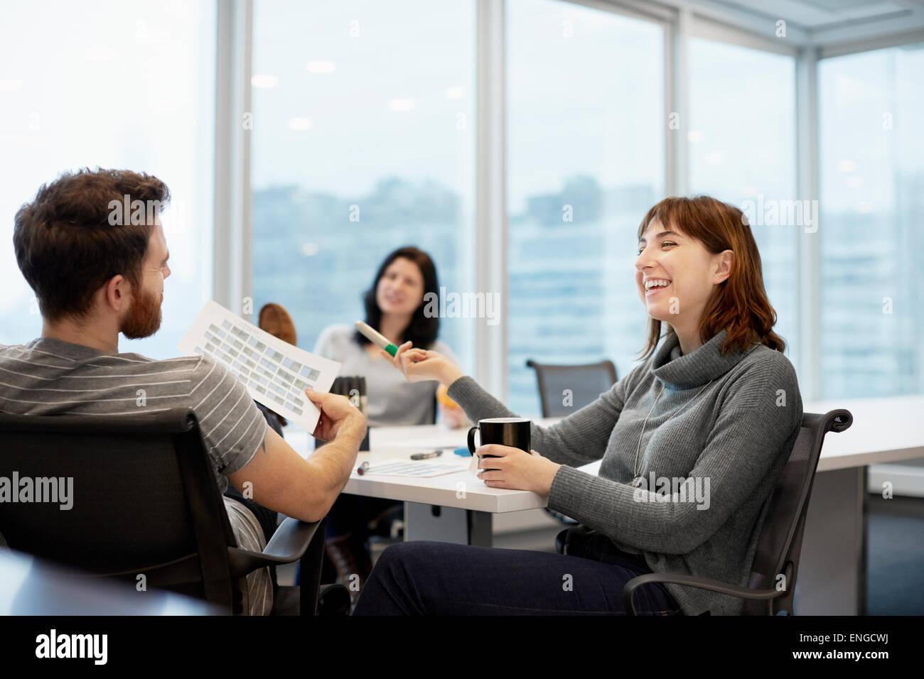 Drei Geschäftsleute, zwei Frauen und ein Mann Stockbild