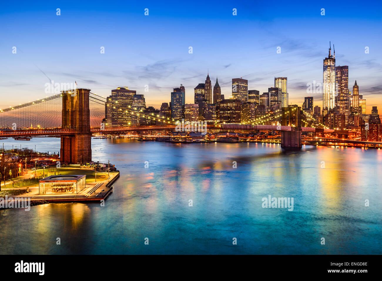Skyline von New York City, USA über den East River und die Brooklyn Bridge. Stockbild