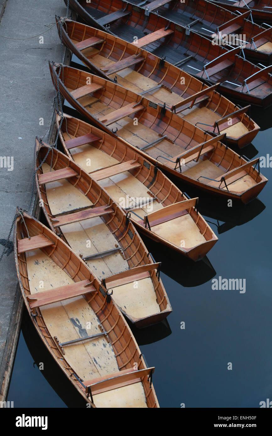 traditionelle hölzerne Ruderboote auf der Fluss Wear in Durham Stockbild