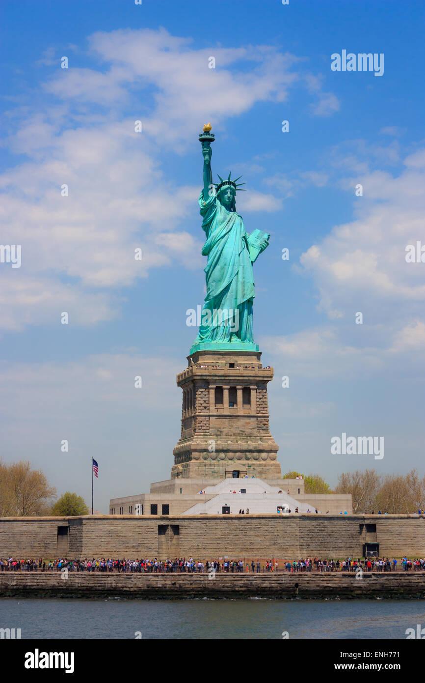 Freiheitsstatue von der Fähre aus gesehen Seitenansicht Stockbild