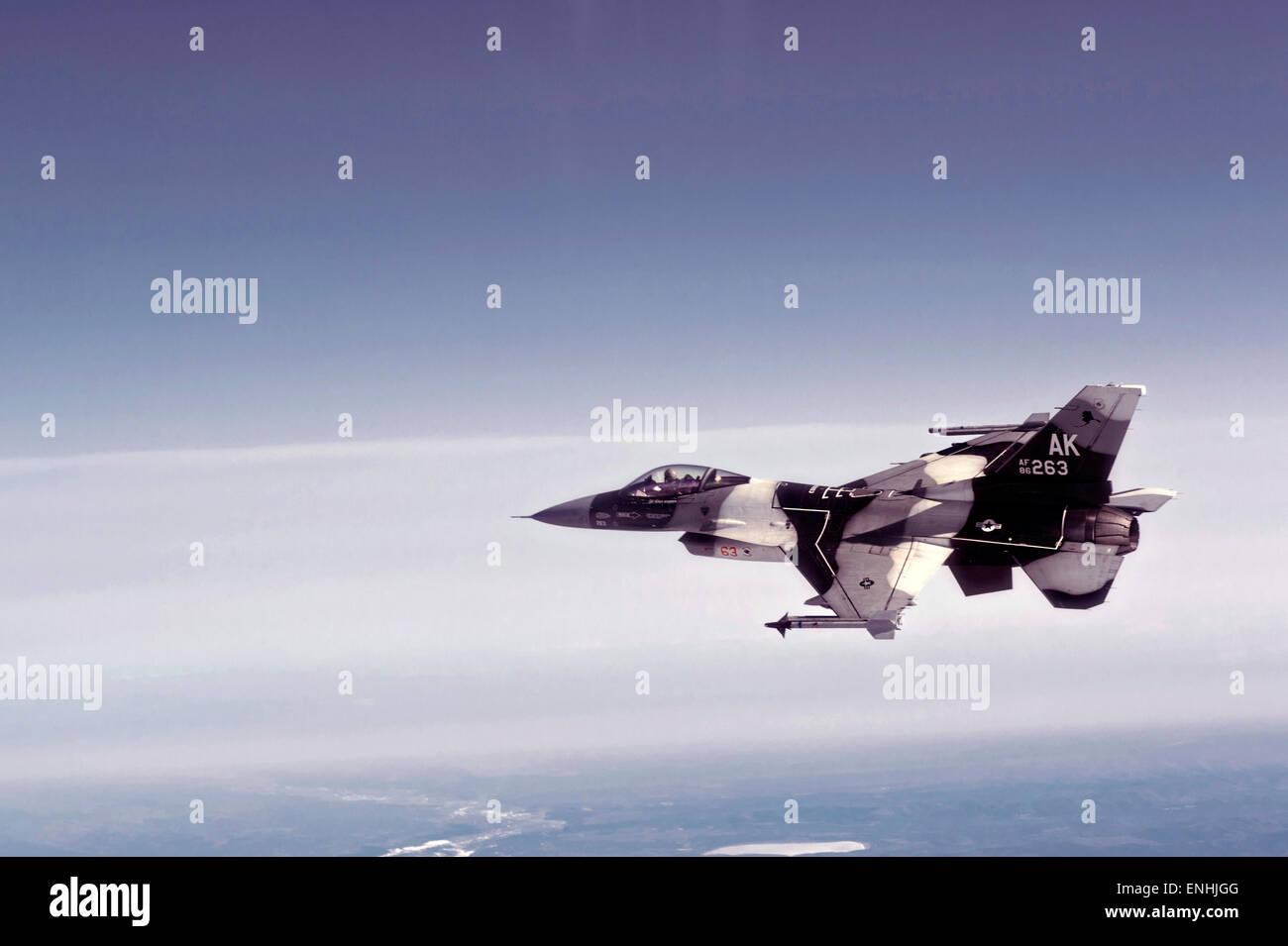 Ein Flugzeug der US Air Force f-16 Fighting Falcon auf einen Ausfall während rote Fahne Alaska 4. Mai 2015 über Eielson Air Force Base, Alaska. Der Aggressor Squadron repliziert Bedrohungen durch Luft-Kampftruppen für Widersacher training. Stockfoto