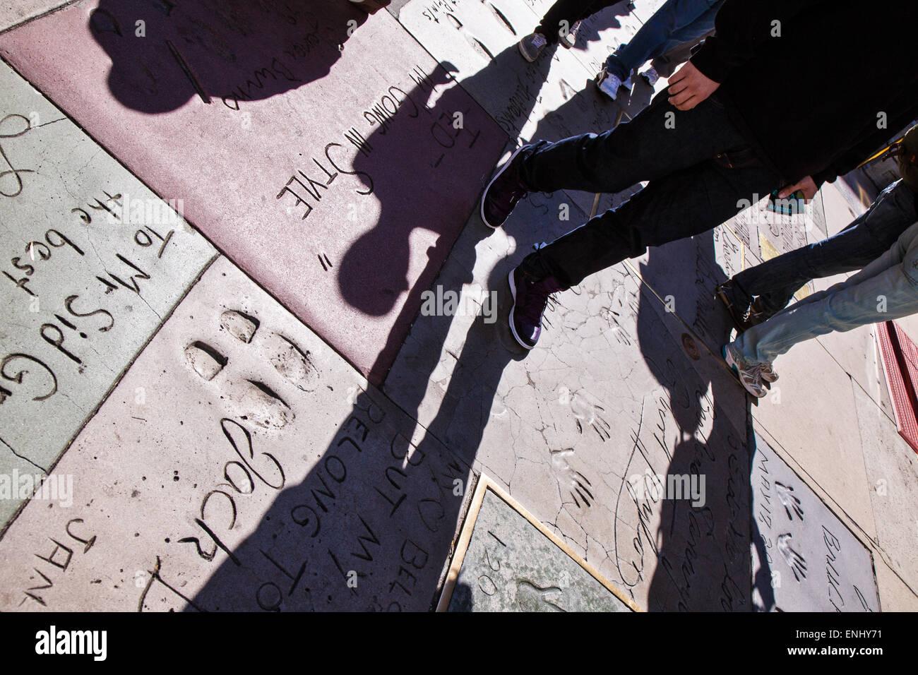 USA, California, Los Angeles, Hollywood, druckt hand und Fuß von Prominenten vor der Graumans Chinese Theatre Stockbild