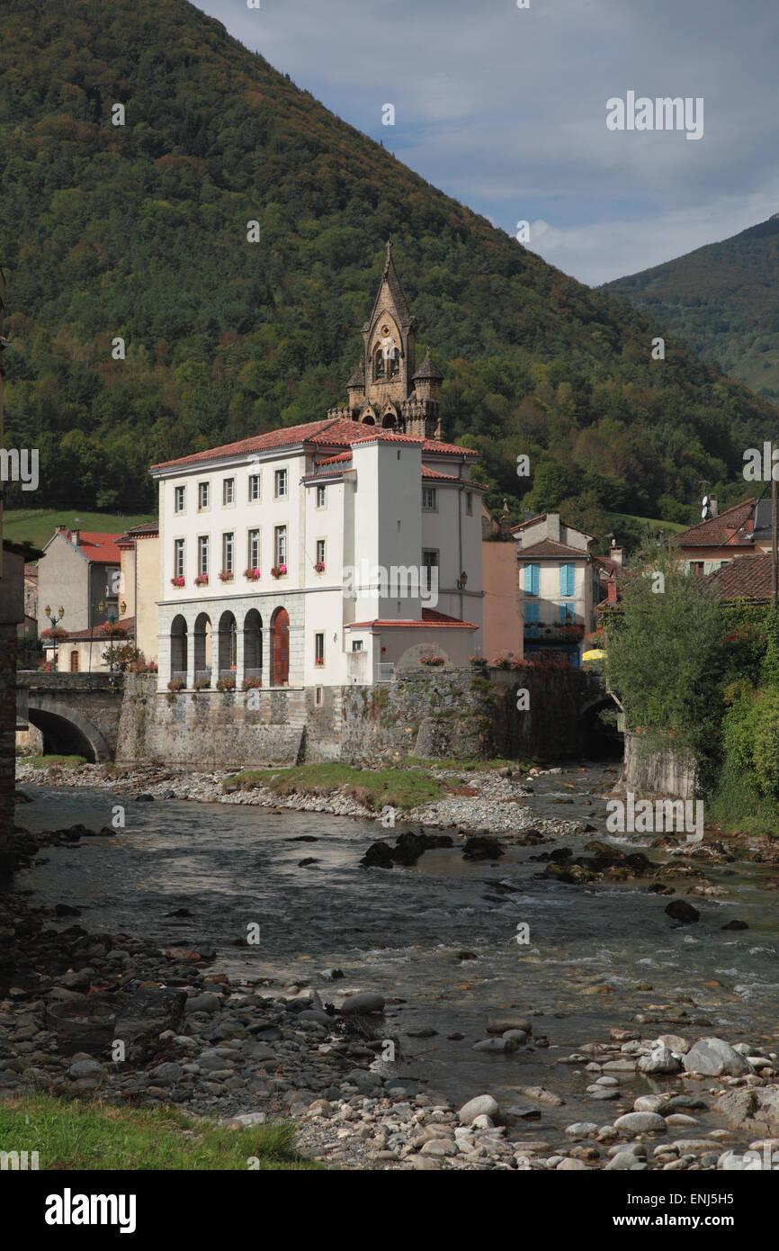 Das Rathaus und den Fluss Salat in der touristischen Ortschaft von Seix, Ariege, Midi-Pyrenäen, Frankreich Stockbild