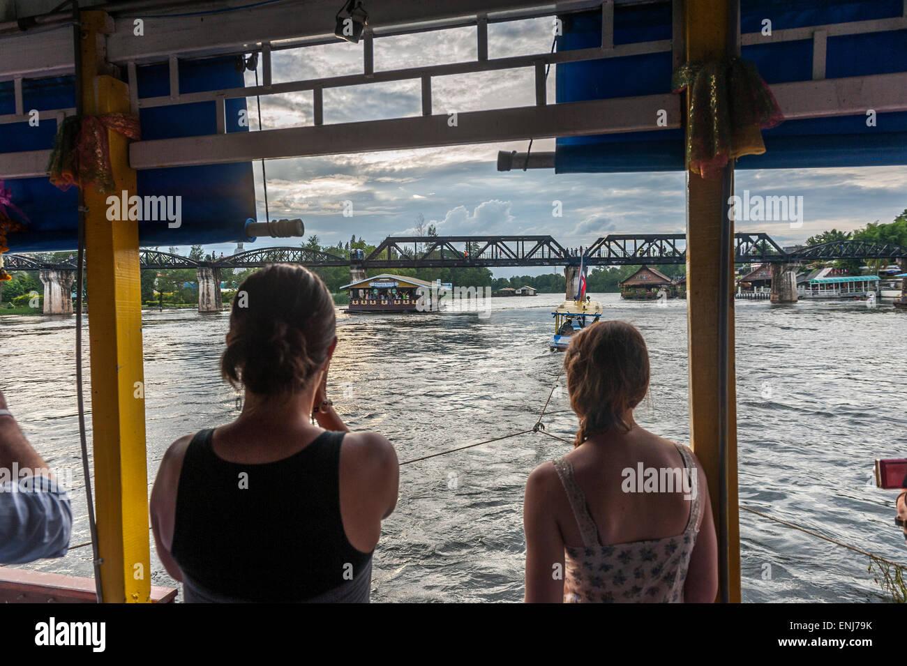 Touristen auf einem Schiff in Richtung Brücke über den River Kwai schwimmenden. Kanchanaburi. Thailand Stockbild