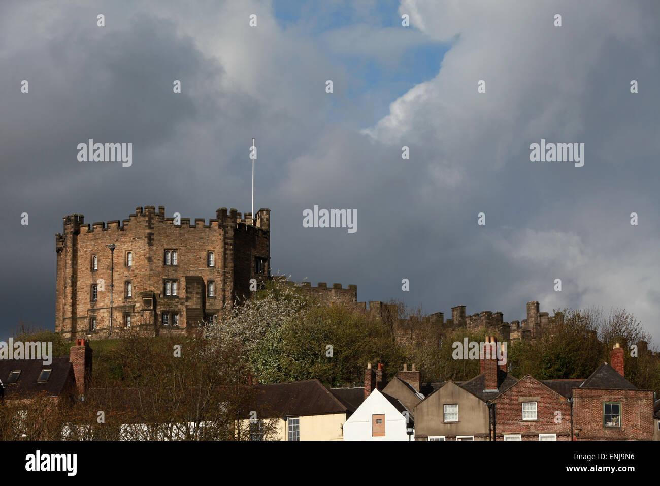 Durham Castle mit Blick auf Häuser in Durham Stadtzentrum Stockbild