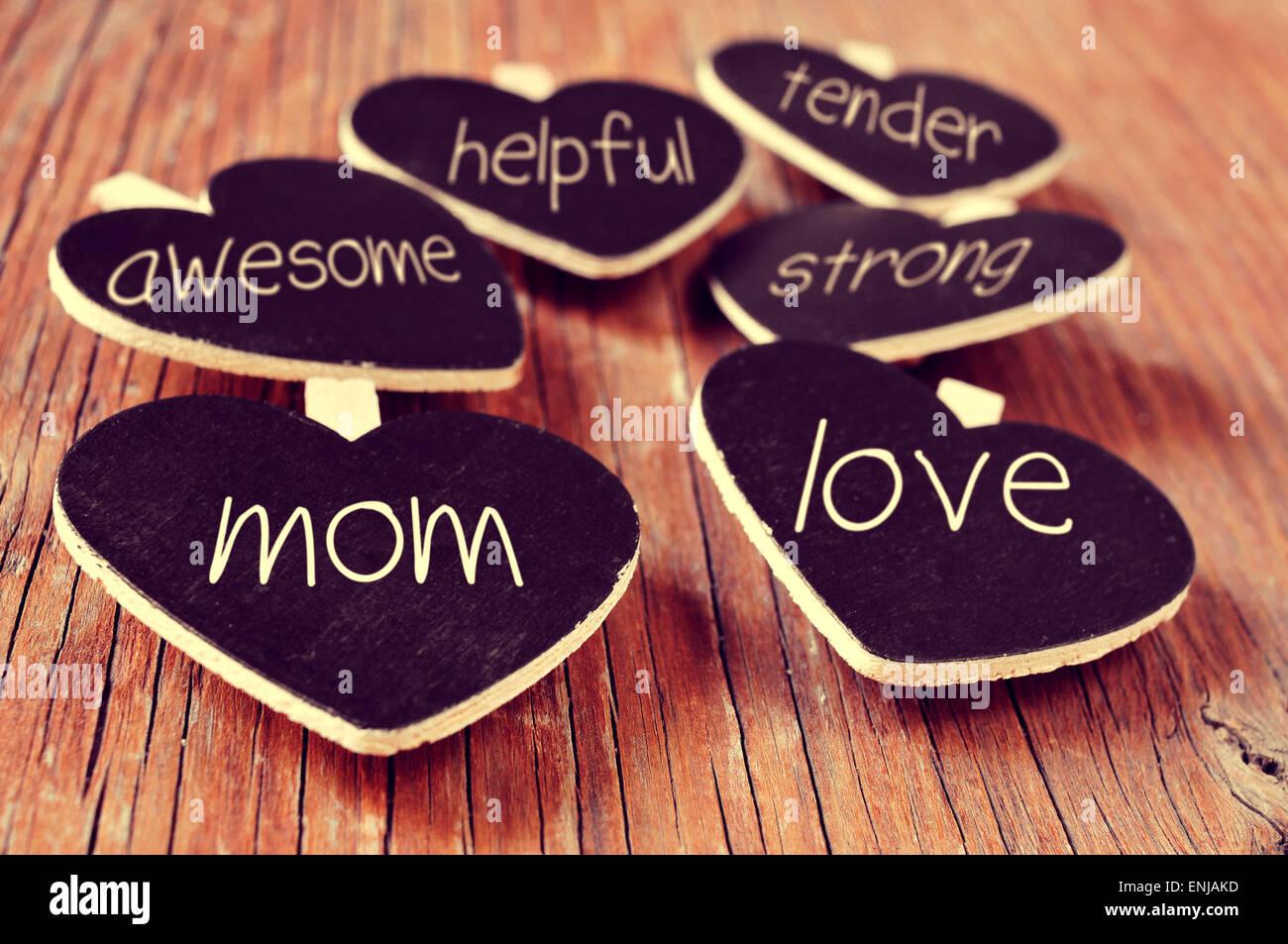 einige herzförmige Tafeln mit Konzepten unter Bezugnahme auf eine gute Mutter geschrieben, wie Liebe, hilfsbereit, Stockbild