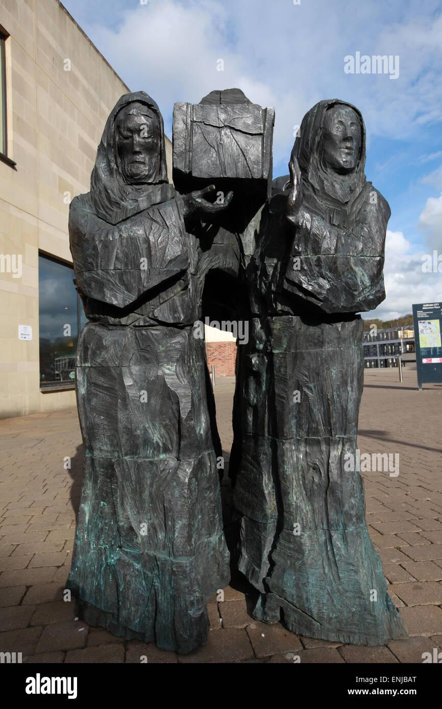 Die Reise-Skulptur von Fenwick Lawson, Mönche Carriyng Sarg der St. Cuthbert im Millennium Hotel in Durham Stockbild