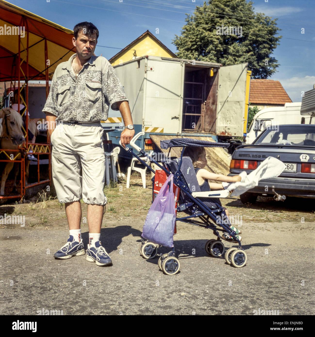 Mann mit einem Kinderwagen am Stadtfest, Tschechische Republik Stockbild