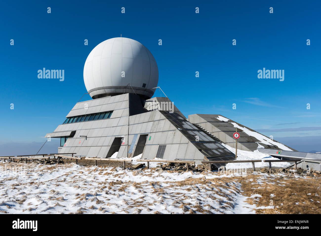 Moderne Radarstation auf dem Grand Ballon, Überwachung der Luftfahrt seit 1998, mit einer Aussichtsplattform, Stockbild