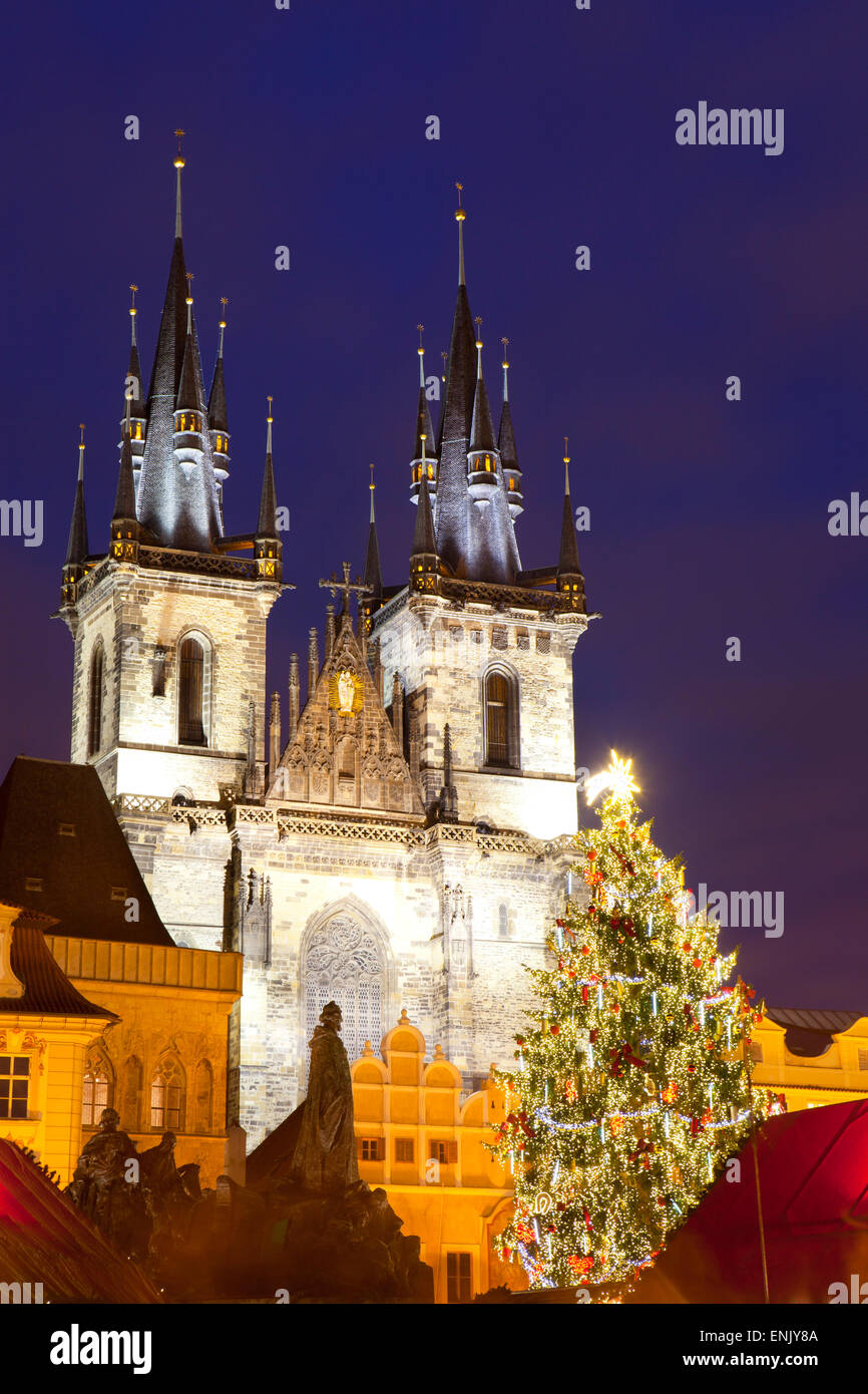 Weihnachtsmarkt und die Kirche der Muttergottes von Tyn auf dem Altstädter Ring, UNESCO-Weltkulturerbe, Prag, Stockbild