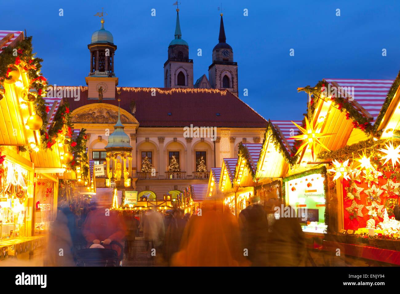 Weihnachtsmarkt in der AlterMarkt mit dem barocken Rathaus im Hintergrund, Magdeburg, Sachsen-Anhalt, Deutschland, Stockbild