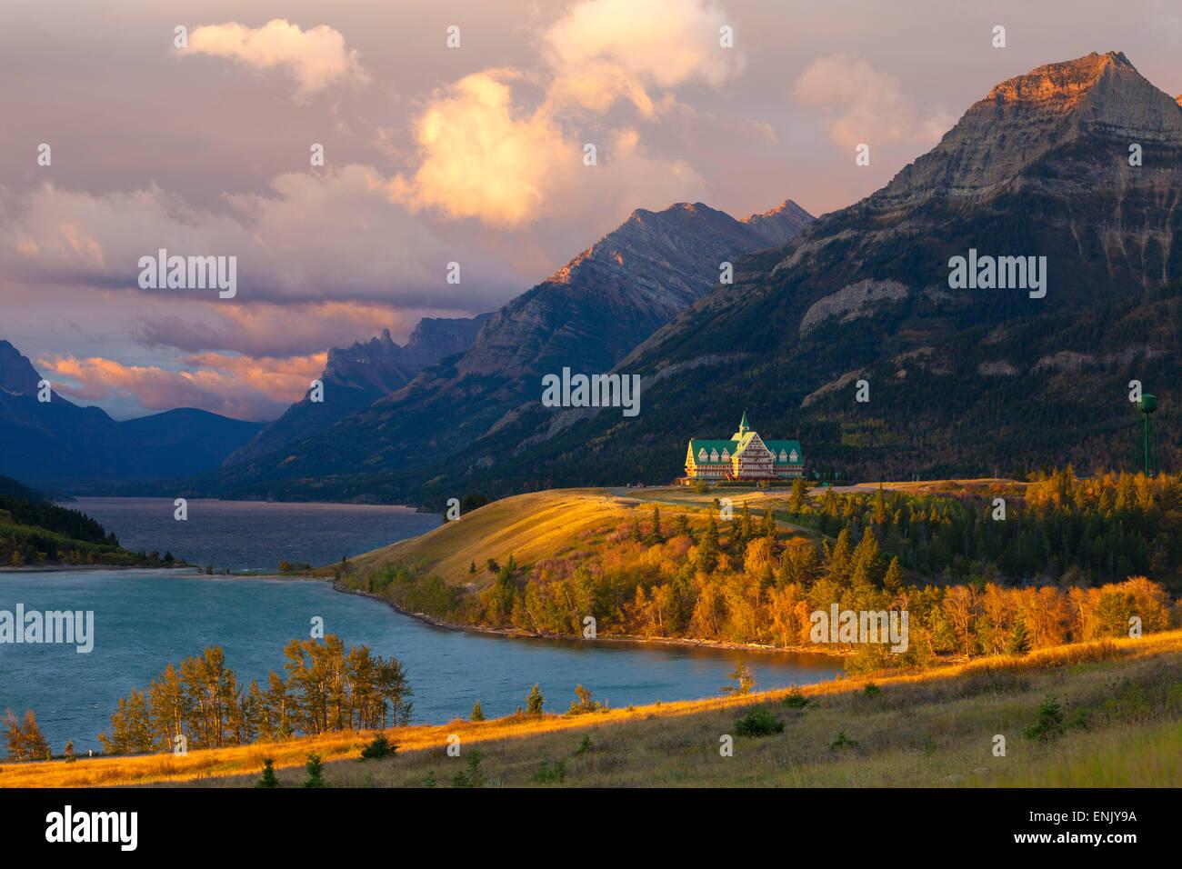 Das Prince Of Wales Hotel bei Sonnenaufgang, Waterton Lakes National Park, Alberta, Kanada, Nordamerika Stockfoto