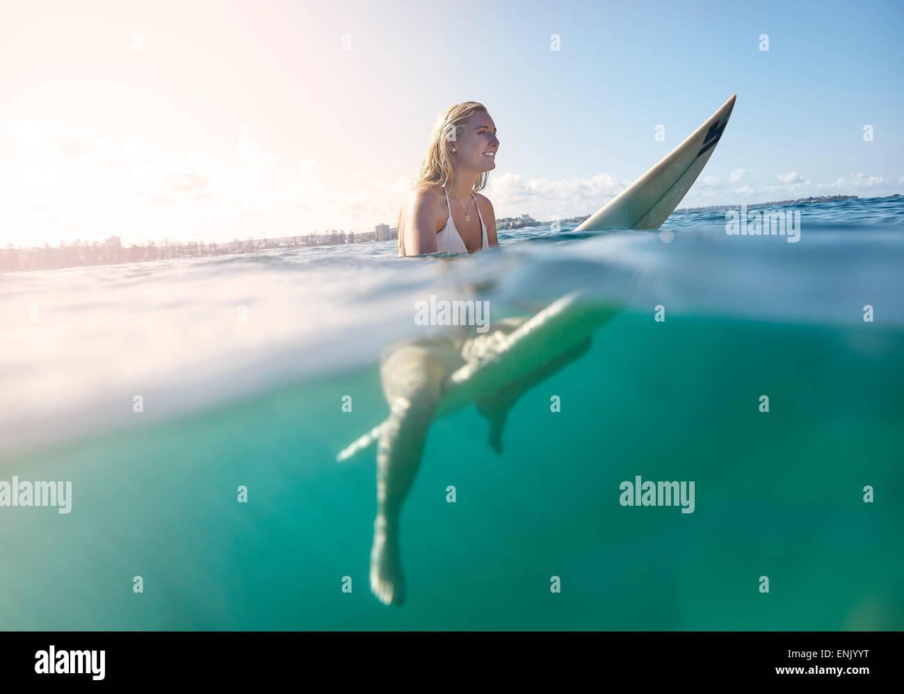 Mädchen auf Surfbrett, New South Wales, Australien, Pazifik Stockbild