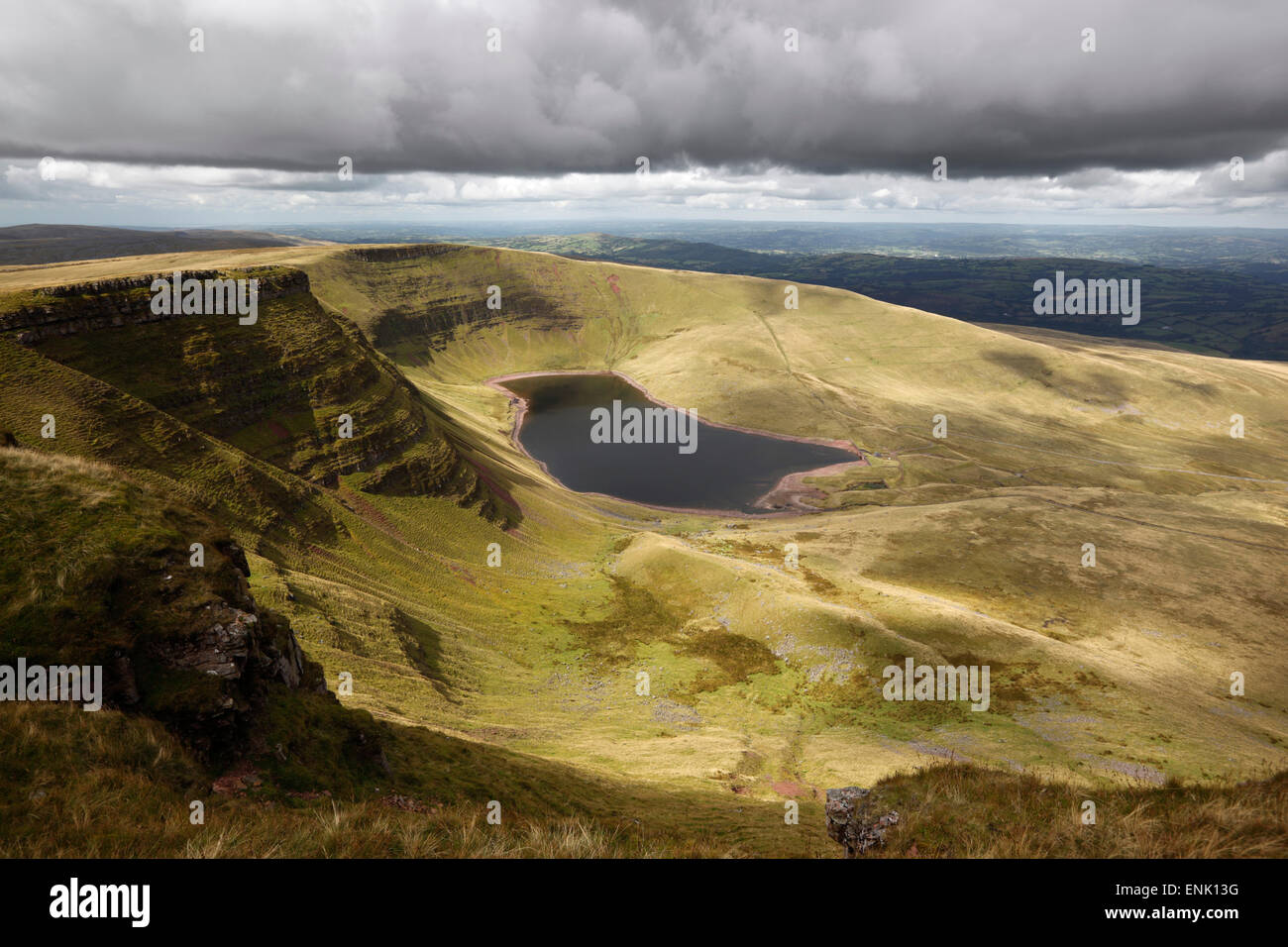 Ansicht von Llyn y Fan Fach, Black Mountain, Llanddeusant, Brecon Beacons National Park, Carmarthenshire, Wales, Stockbild