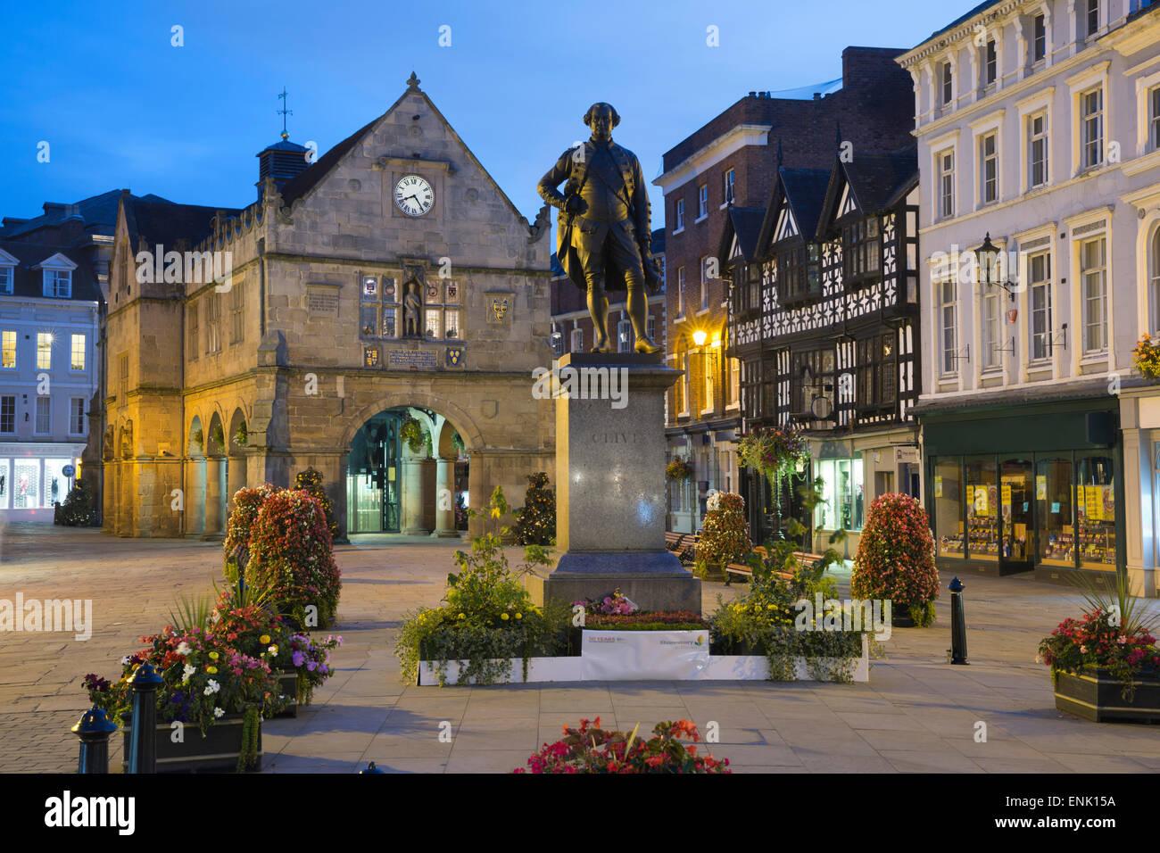 Die alte Markthalle und Robert Clive Statue, The Square, Shrewsbury, Shropshire, England, Vereinigtes Königreich, Stockbild