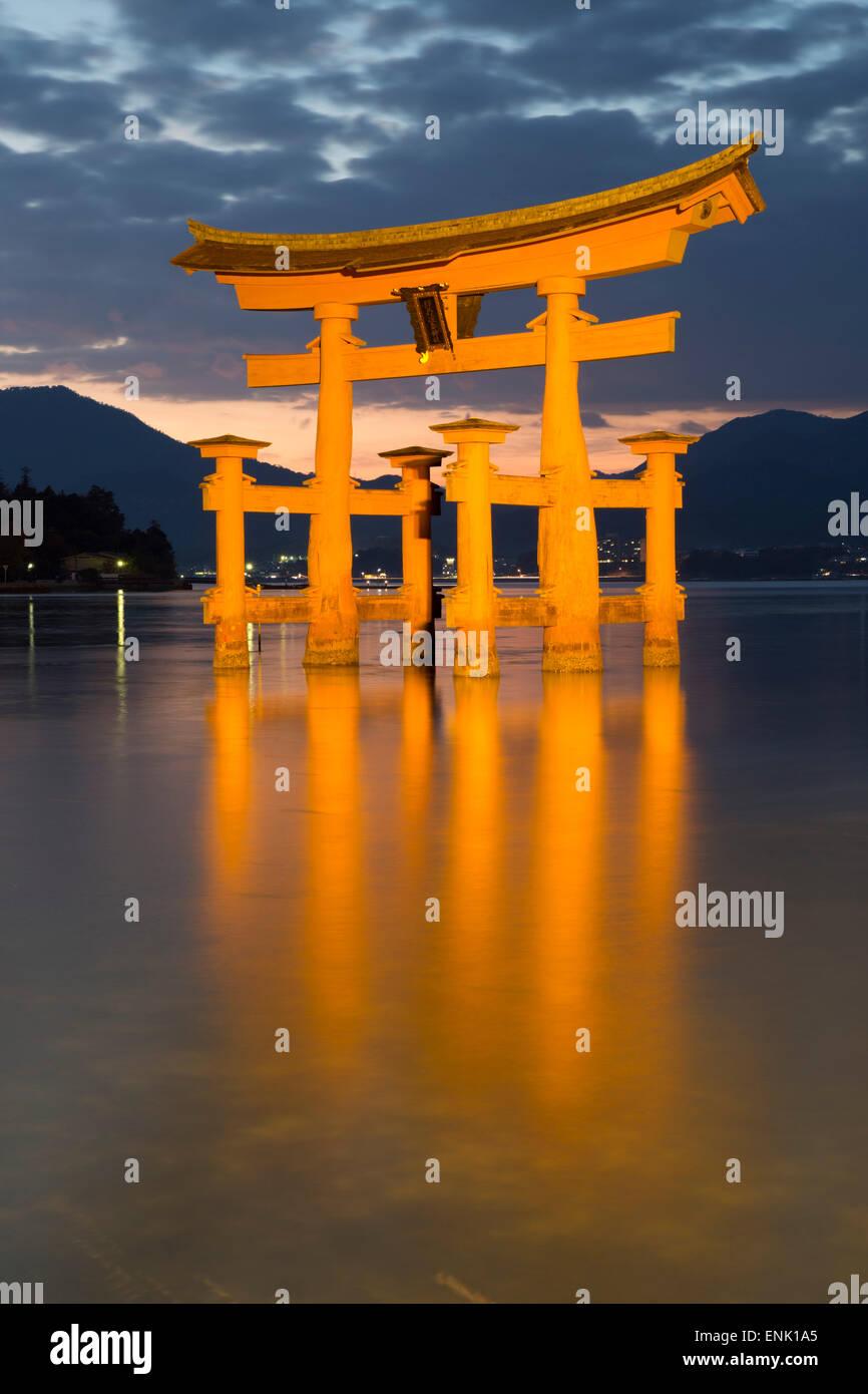 Das schwimmende Miyajima Torii-Tor des Itsukushima-Schrein bei Dämmerung, UNESCO, Insel Miyajima, westlichen Stockbild