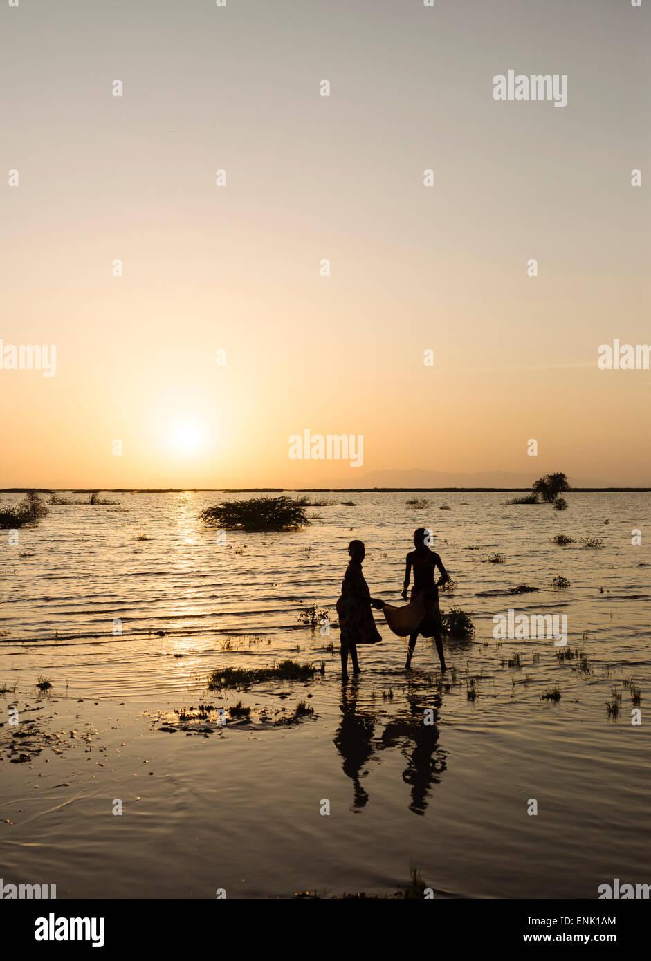 Kinder des Stammes Dassanech Angeln am Ufer des Turkana-Sees, Omo-Tal in Äthiopien, Afrika Stockfoto