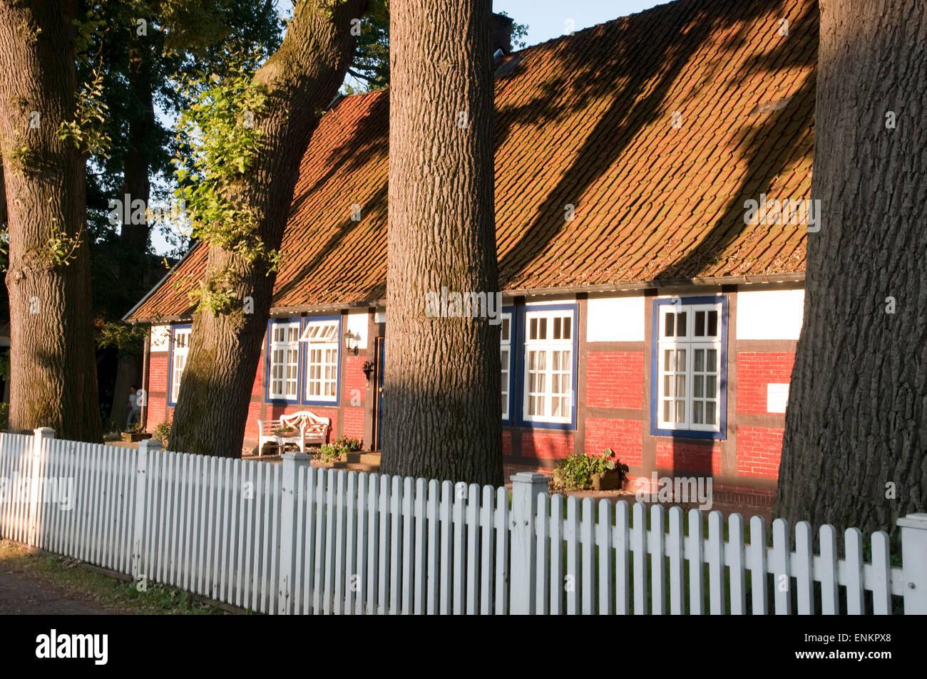 Bauernhaus mit altem Baumbestand, Berge, Artland ...