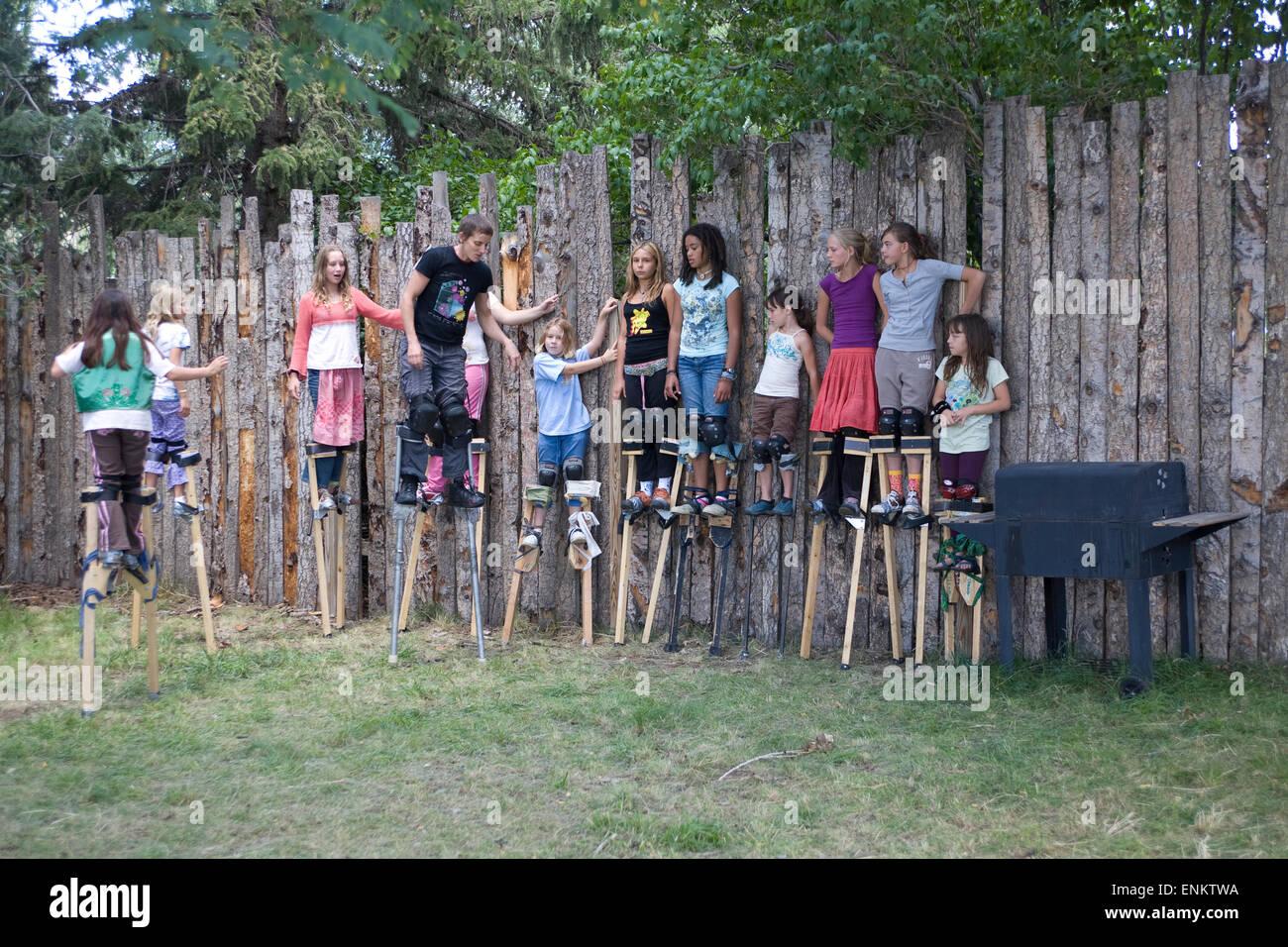 Lernen Stelzen laufen in einem Zirkus Sommerlager in Penasco, New Mexico. Stockfoto