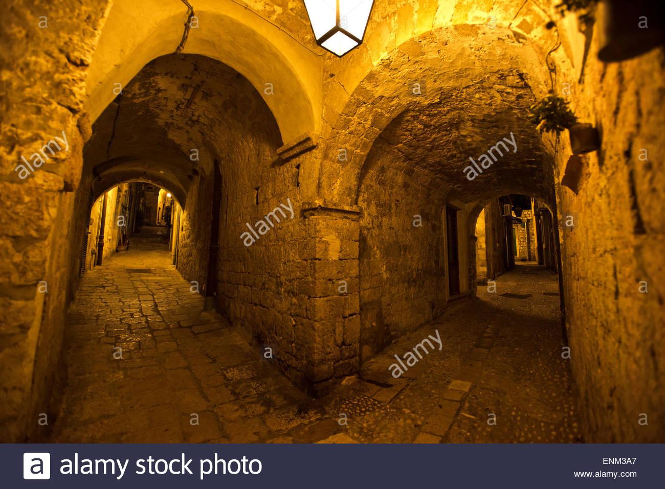 Stein-Korridore Leuchten in der Nacht in Dubrovnik, Kroatien Stockbild