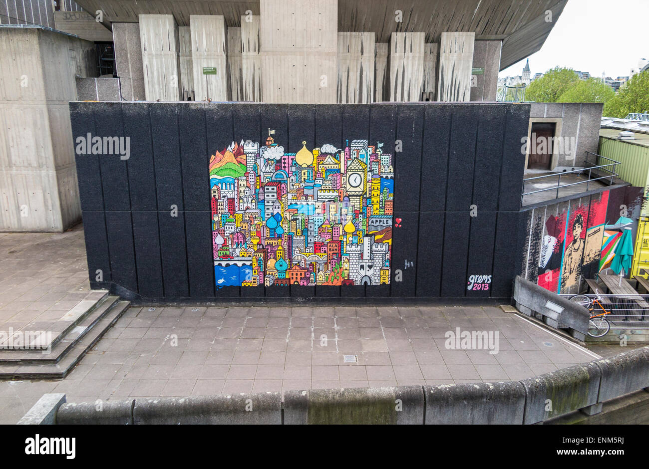 Farbenfrohe Wandgemälde von grems auf einer Außenwand an der South Bank Centre auf der Uferstraße Stockbild