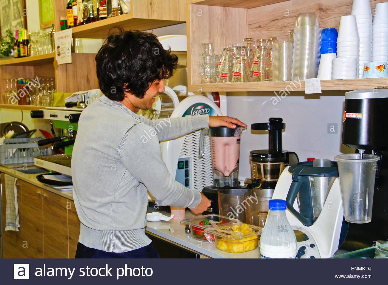 Hübscher junge Kellner Getränke vorbereiten. Italien Stockfoto, Bild ...