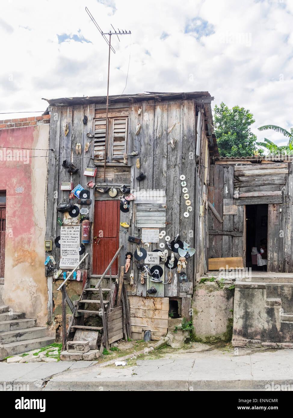 Funky Unkonventionellen Dekoration Auf Der Vorderseite Einer Kubanischen Bude Die Dekorationen Sind Puppen Cds Radio Uhr Sandalen Zeichen Stockfotografie Alamy