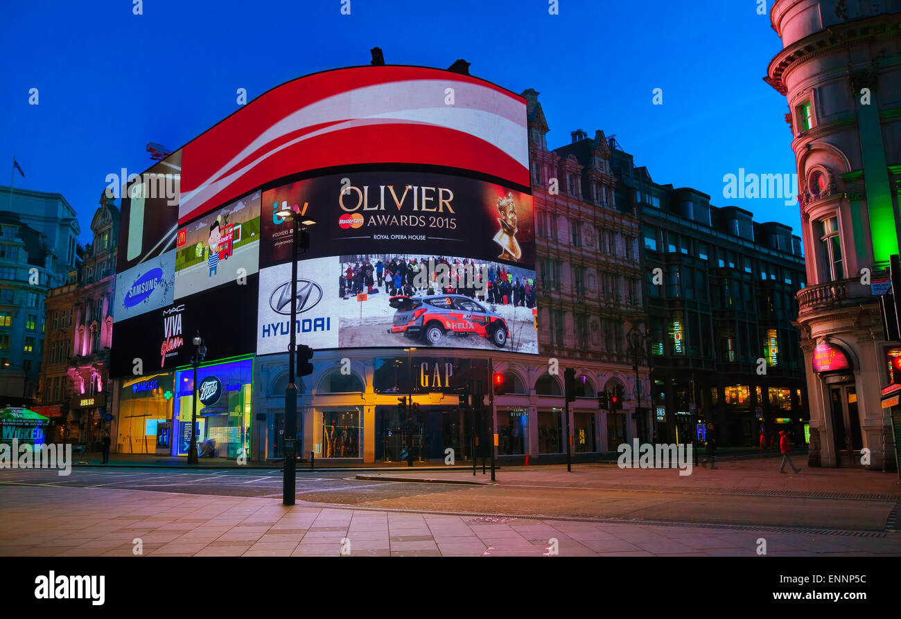 LONDON - APRIL 12: Piccadilly Circus Kreuzung in den frühen Morgenstunden am 12. April 2015 in London, Vereinigtes Stockbild