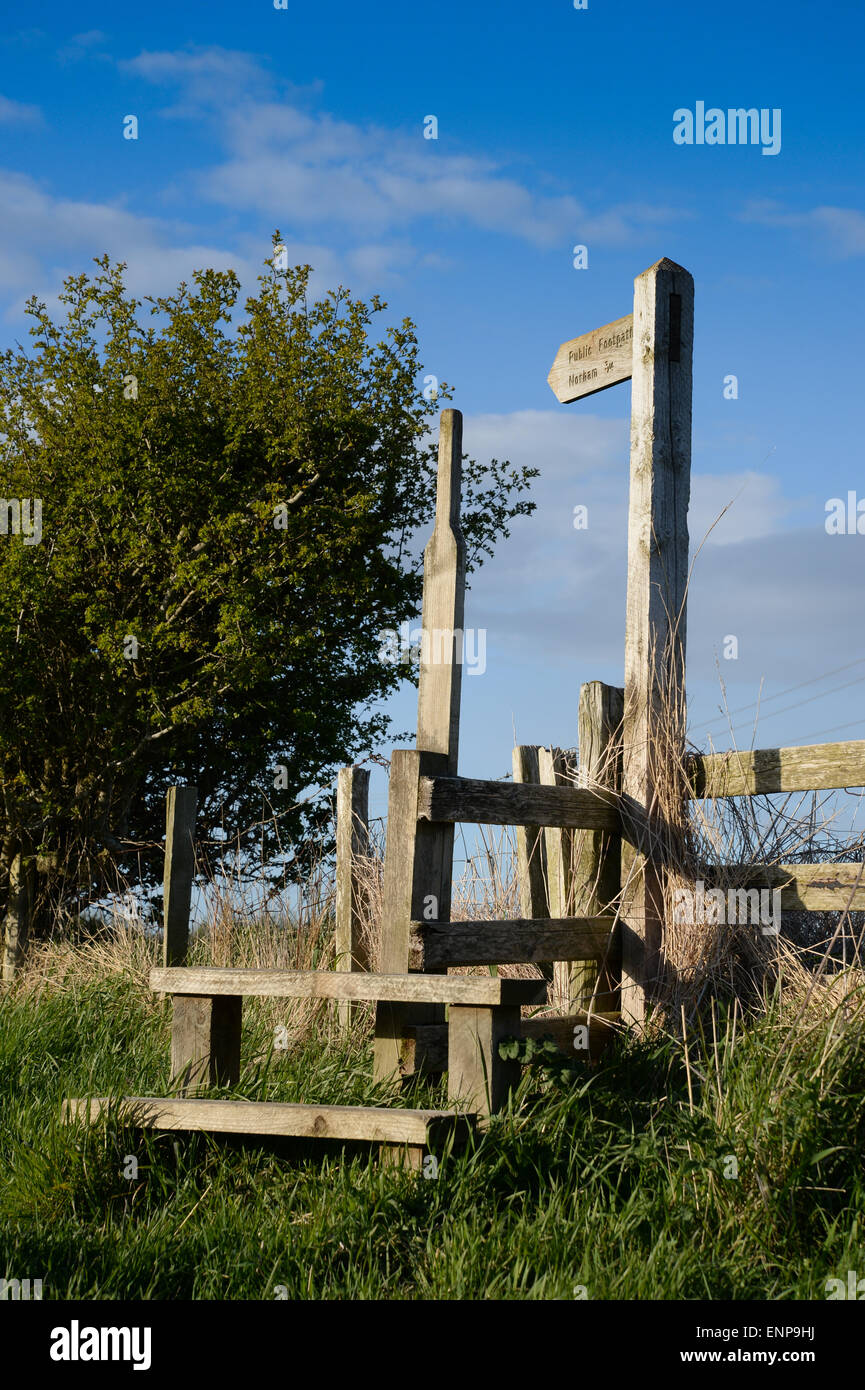 Ein Finger-Post weist den Weg für einen öffentlichen Fußweg in Northumberland Stockbild