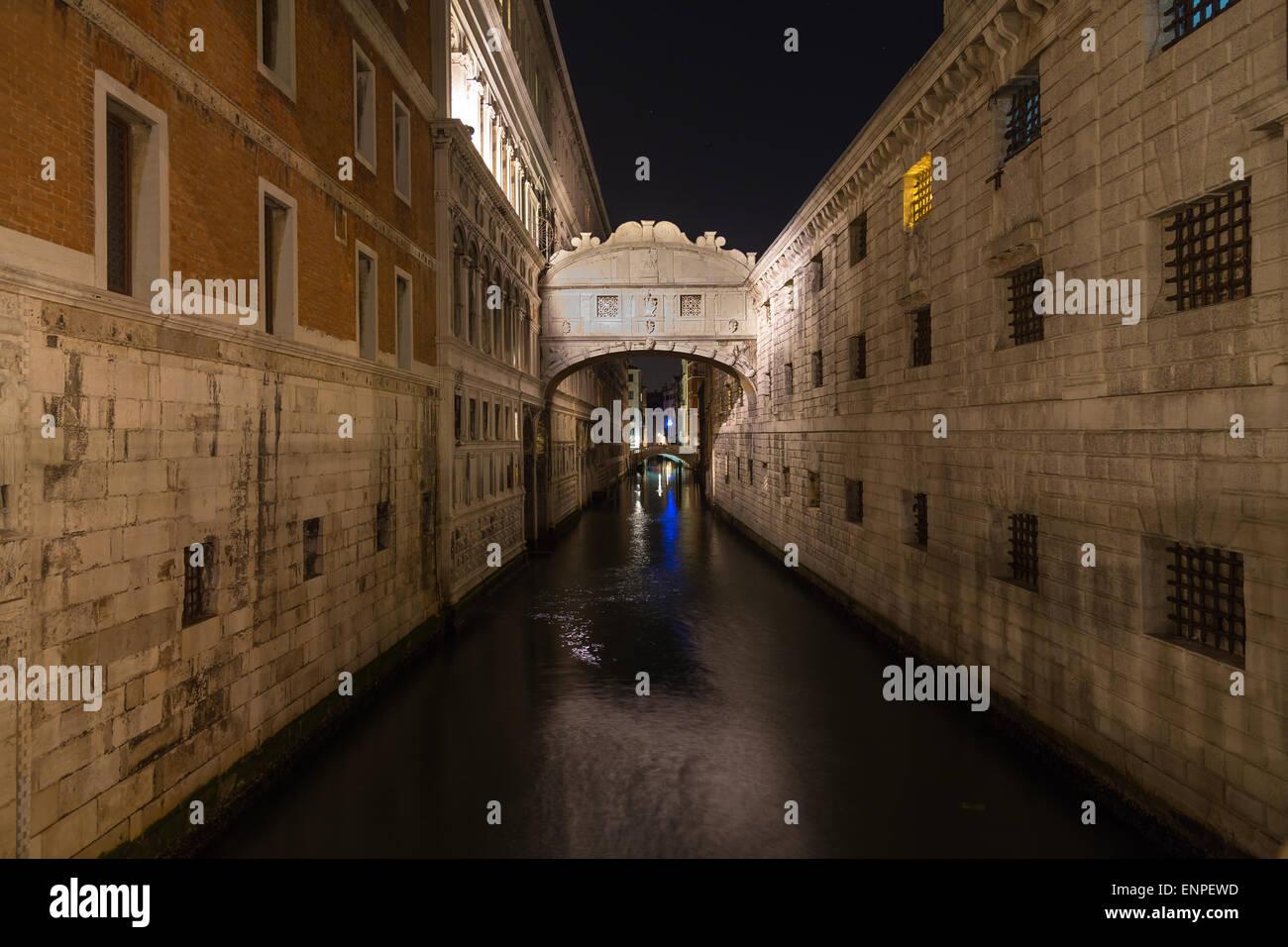 Ein Blick auf die Seufzerbrücke (Ponte dei Sospiri) in Venedig bei Nacht. Es gibt Platz für Text. Stockbild