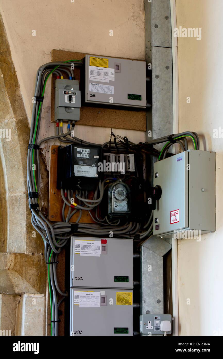 Elektrische Verkabelung und Sicherung Kästen in einer Kirche ...