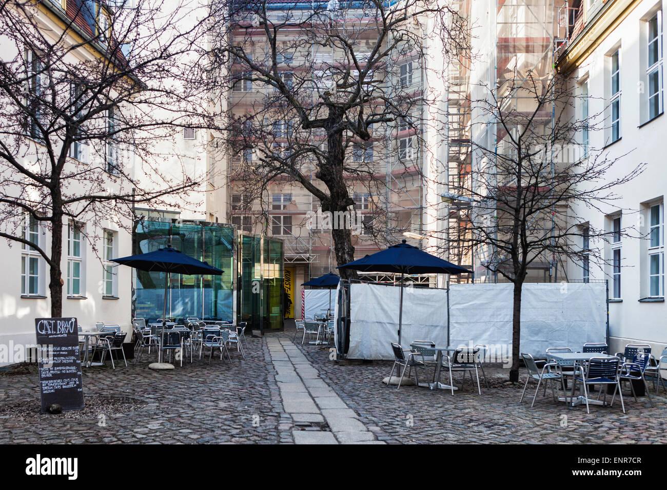 Cafe Bravo Tische Und Stuhle Im Innenhof Der Kw Institute Of