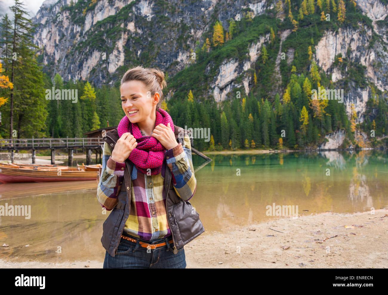 Fit, sportlich Brünette lächelnd und nachstellen ihr Kopftuch auf die Ufer des Sees Bries. Der freien Stockbild