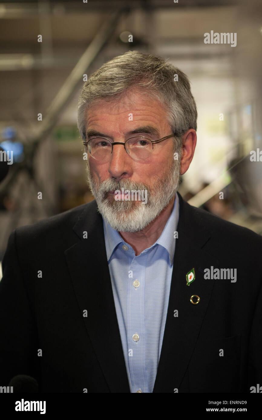 Belfast UK. 7. Mai 2015 Parlamentswahl: Gerry Adams (Sinn Féin) bei der Ergebnis-Zählung für Belfast Stockbild