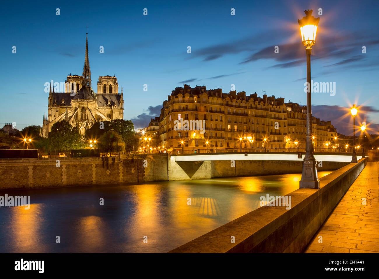Dämmerung über Ufer, Kathedrale Notre Dame und Gebäude von Paris, Frankreich Stockbild
