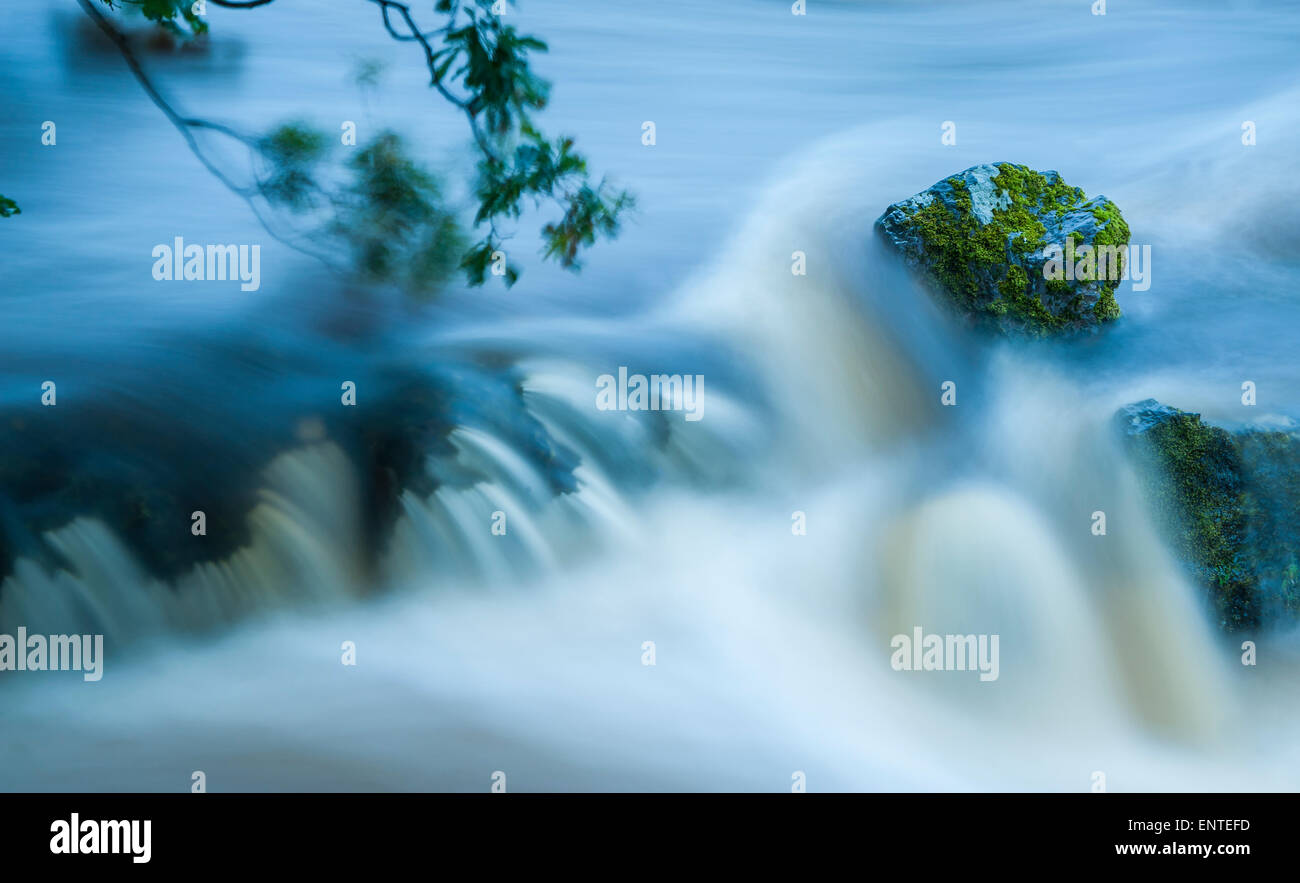 Wasser fließt über einen kleinen Bach Stockbild