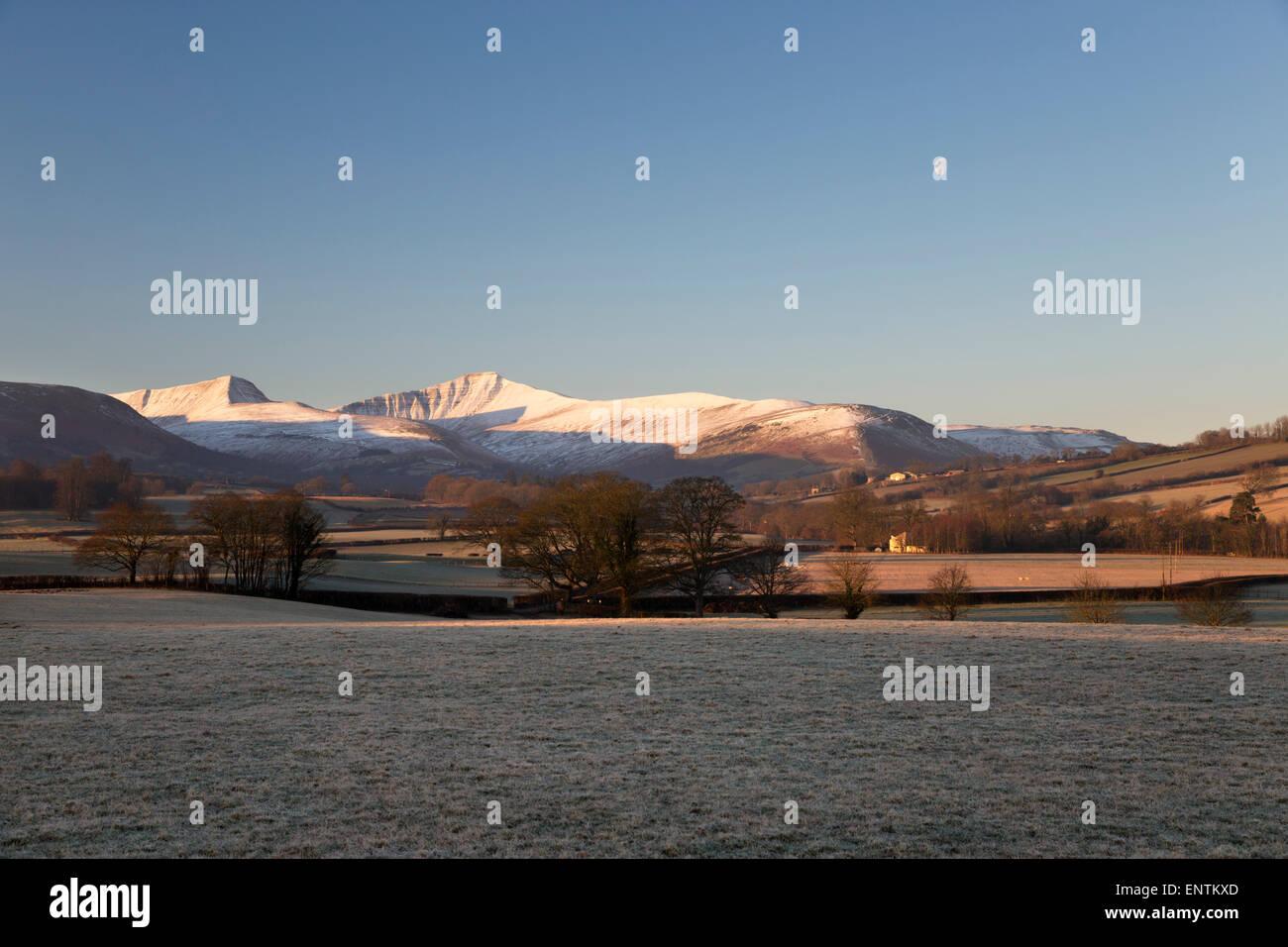 Schneebedeckte Gipfel des Pen y Fan in Morgen Frost, Llanfrynach, Usk Valley, Brecon Beacons National Park, Powys, Stockbild