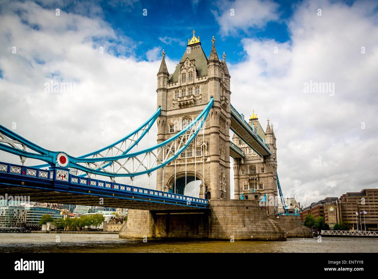 Tower Bridge, London, gesehen von der Südseite der Themse Stockbild