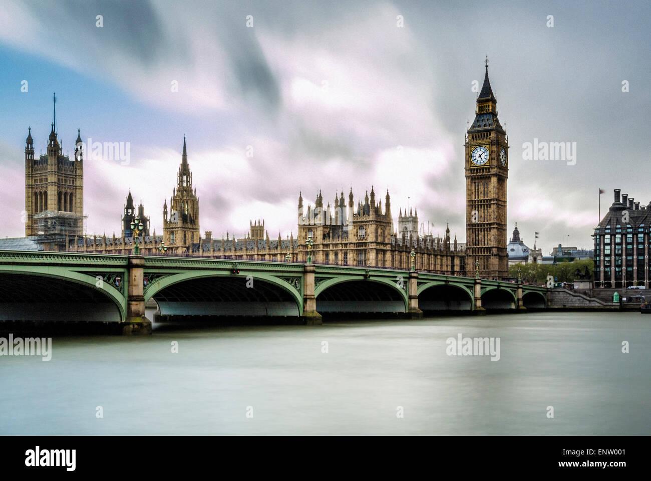 Westminster Brücke über die Themse mit Houses of Parliament und Big Ben im Hintergrund. London, UK. Stockfoto