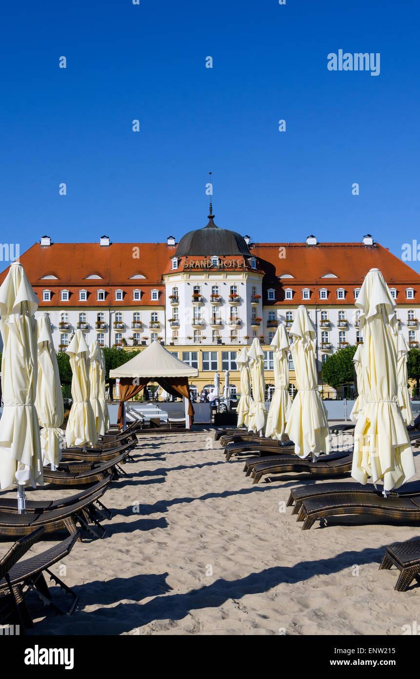 Sonnenschirme und Sofitel Grand Hotel am Ostsee Strand Reiseziel Sopot-Polen-Nordeuropa Stockbild
