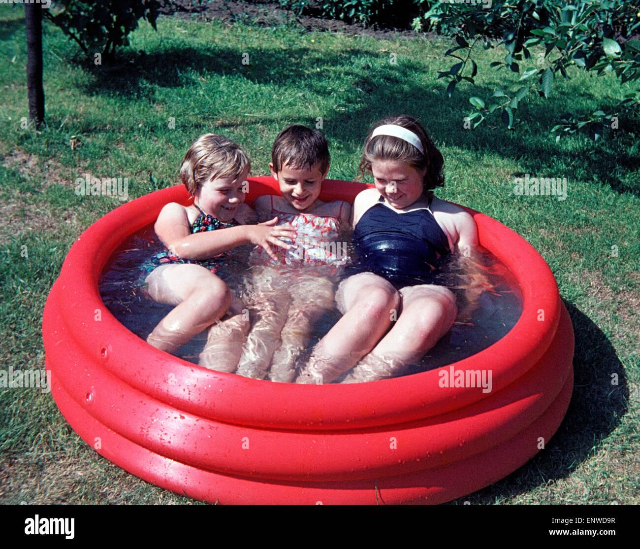 Sechziger jahre drei kinder baden in einem kiddy bündeln
