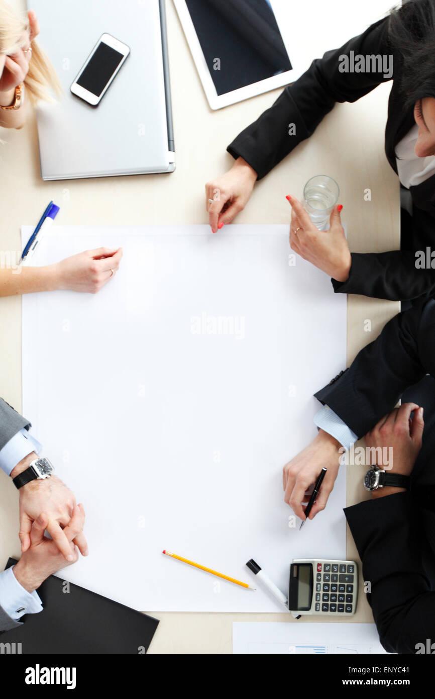 Draufsicht auf Geschäftsleute am Schreibtisch Stockbild
