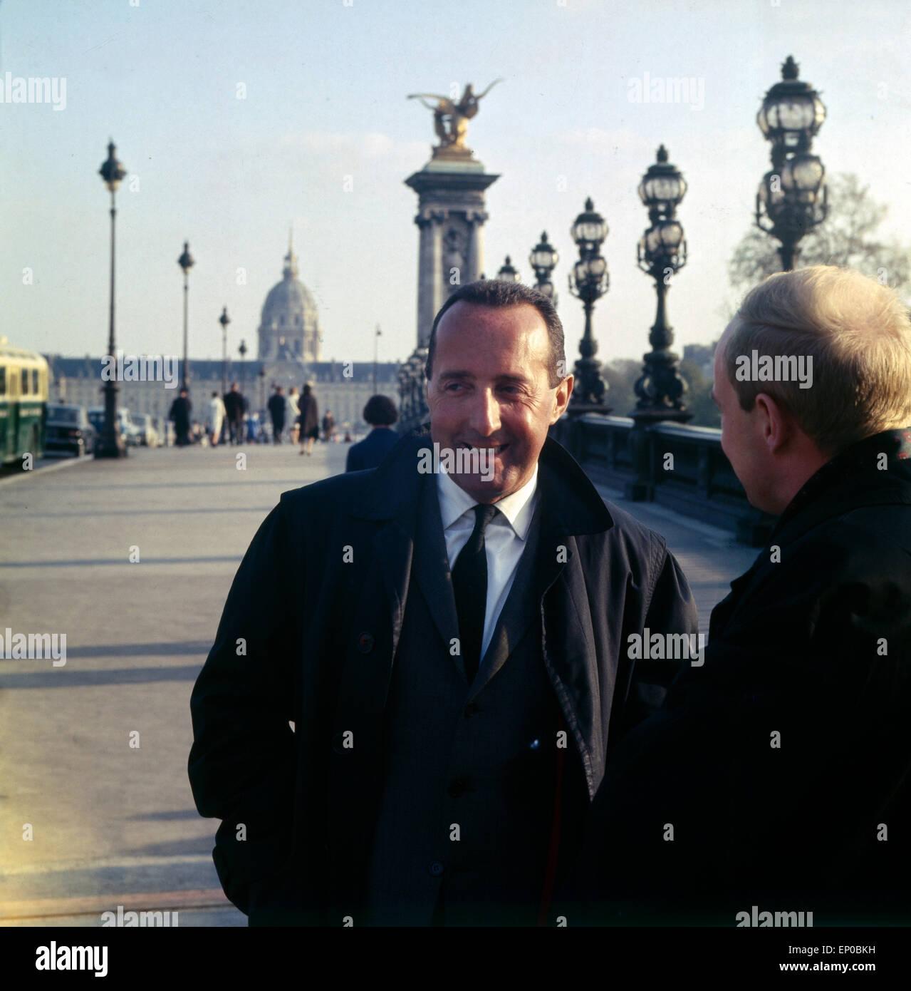 Der Deutsch französischen Journalist Und Publizist Peter Scholl-Latour Vor Dem Invalidendom in Paris, ca. 1964. Stockbild