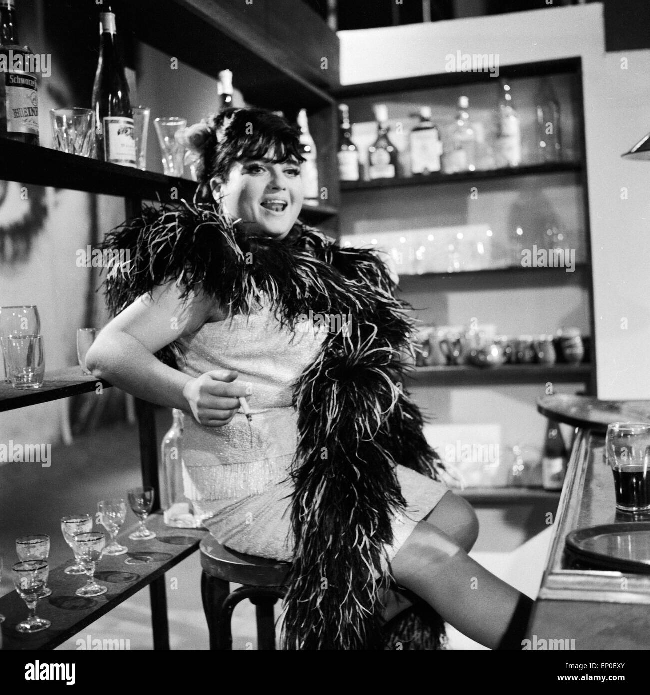 Deutsche Fictitious character, Schlagersängerin und spätere Theaterdirektorin Trude Herr in einer Rolle als Bardame, Stockfoto