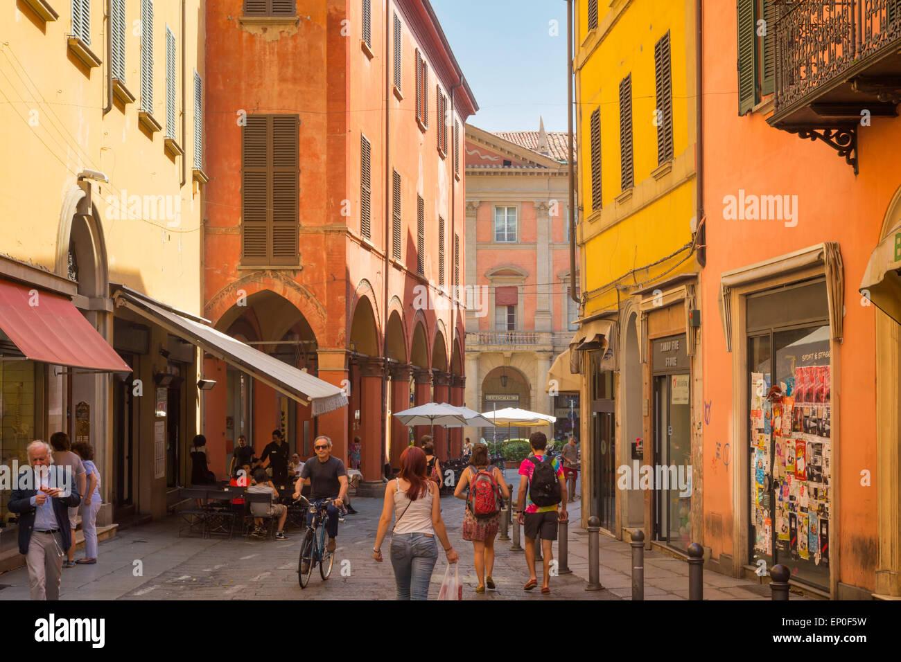 Bologna, Emilia-Romagna, Italien.  Szene in Via Zamboni, eine typische Straße in der Altstadt. Stockbild
