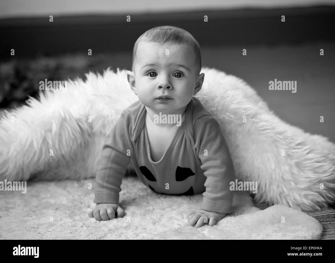Baby Boy in schwarz / weiß suchen neugierige in Decke Stockfoto