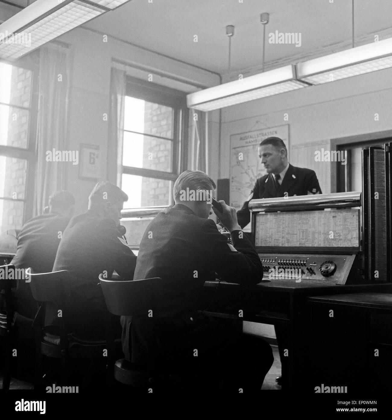 Bei Der Hamburger Polizei Hier In Der Telefonzentrale 1950er Jahe